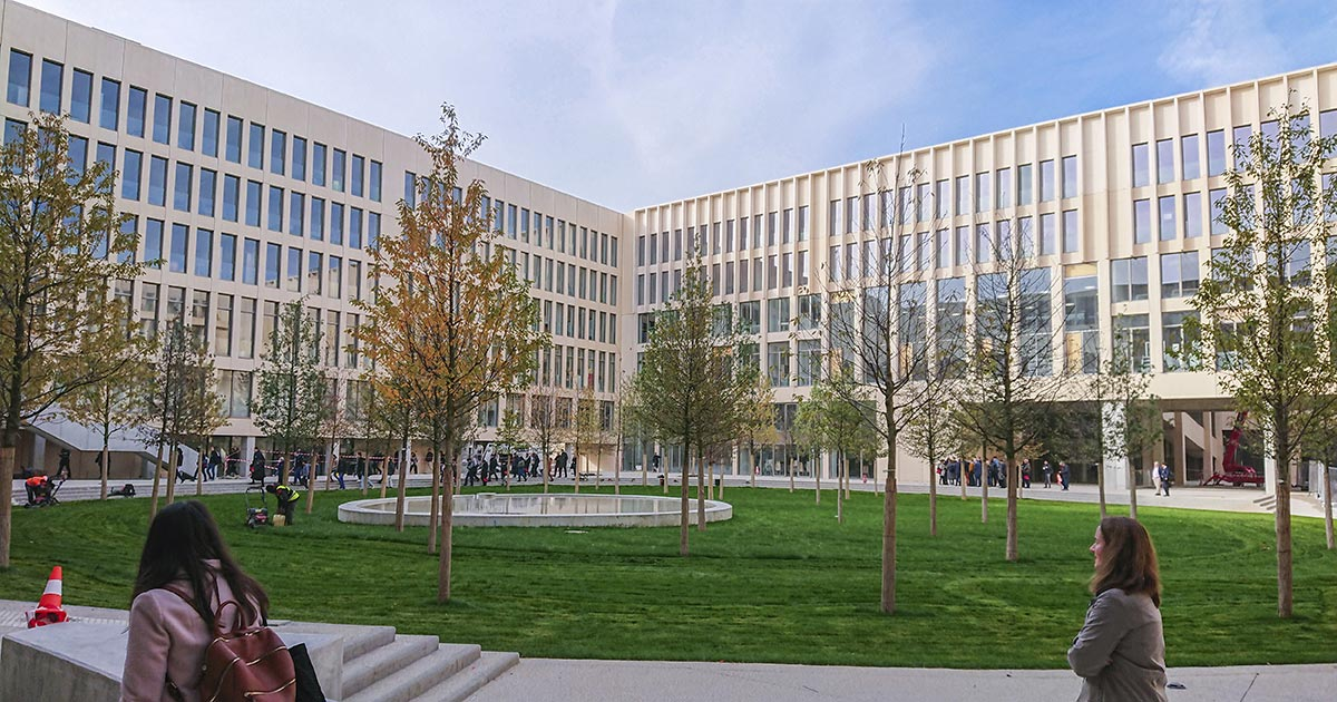 Vue du patio au centre du nouveau bâtiment de Palaiseau
